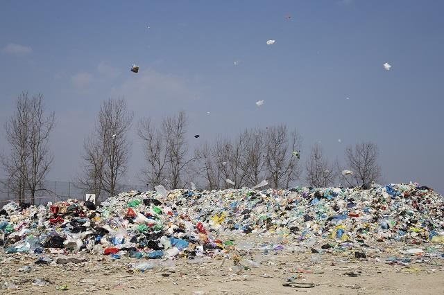 At a time when it became clear in wider awareness that the plastic waste was a big problem, and when our daily life is removed by plastic packaging.