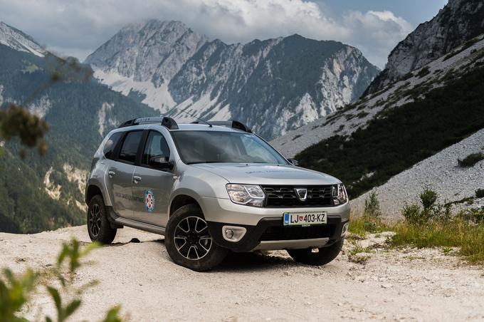Dacia duster nudi priklopljiv štirikolesni motor in zmogljiv motor, zaradi kratkih previsov in medosne razdalje pa je na neutrjenem terenu zelo konkurenčen.