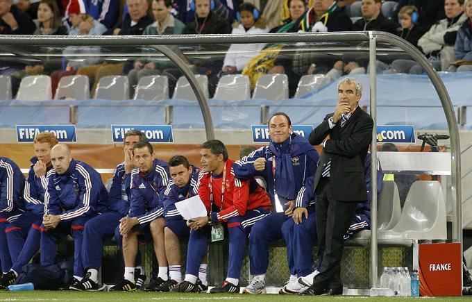 Oba finalista zadnjega svetovnega prvenstva, Francija in Italija, sta končala s tekmovanjem že po skupinskem delu. Galski petelini, ki so odpotovali na prvenstvo s prezirom dobršnega dela nogometnega sveta, saj si je Thierry Henry v dodatnih kvalifikacijah proti Irski dovolil redko videno krajo z namernim igranjem roke, so si na tekmovanju nakopali sramoto in ogromne kritike zaradi stavke, posledice številnih nesoglasij s selektorjem Raymondom Domenechom, Azzurri pa so po menjavi generacije izgubili odločilno srečanje s Slovaško (2:3), katero so mnogi komentatorji na prvenstvu še vedno mešali s Slovenijo.