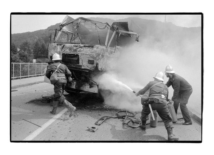 Gasilci pri gorečem tovornjaku
