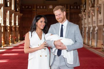 Princ Harry in Meghan Markle sta sina poimenovala Archie #video