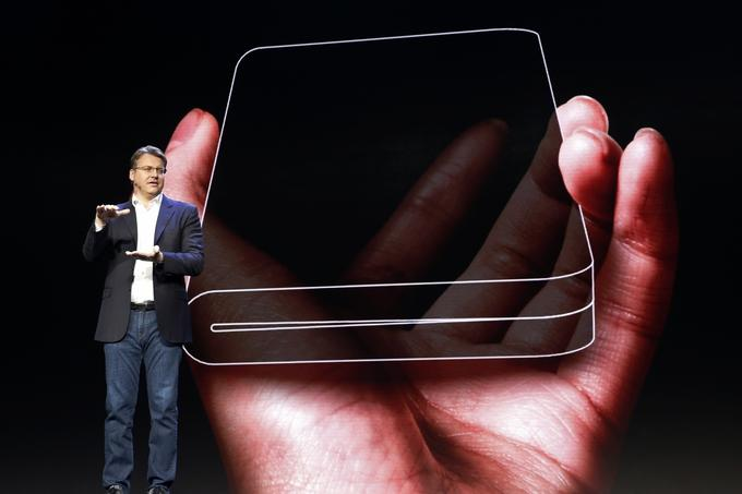 Justin Denison, one of the Samsun's principal in the US, explained that the flexible display was extremely slim and impact resistant and could be damaged by bending.