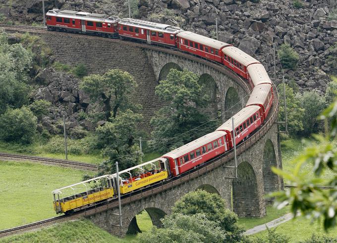 Znameniti železniški viadukt pri kraju Brusio v švicarskem kantonu Graubünden/Grigioni