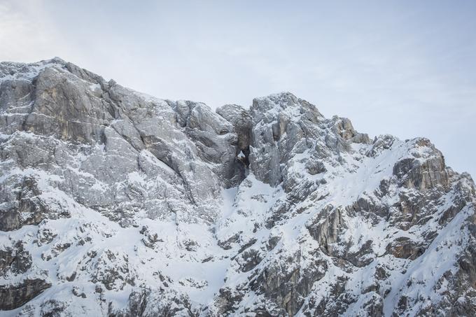 Pogledi na zasnežene vrhove so lahko zalo mamljivi, a za to mamljivo podobo se skriva marsikatera past.