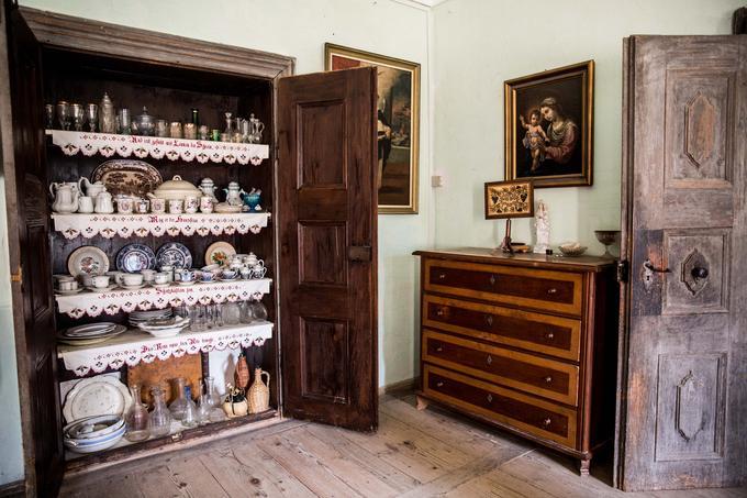 Peter Pirnat hrani kopico ključev, ki odpirajo številna vrata omar, predalnikov in drugih elementov notranje originalne grajske opreme. Za enimi izmed njih je bogata zbirka porcelana in stekla.