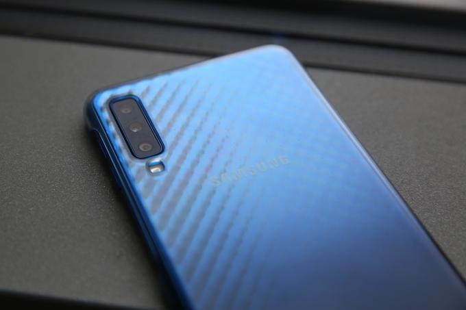 The honor of being the first Samsung smartphone with three cameras on the back is the Galaxy A7 (2018), not one of the more prestigious S and Note series.