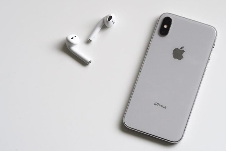Apple iPhone, AirPods
