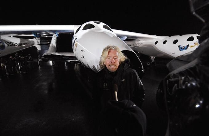 Sitting on the podium of VSS Enterprise, which was actually SpaceShipTwo (pictured, followed by Richard Branson), was available in a very narrow circle of people, and the price for one was estimated at 144,000 euros in December 2008. The fact that an aircraft is suborbital means it reaches and crosses the so-called. Karman's line, the apparent boundary between the atmosphere and the universe, but does not go so high to enter the Earth's orbit as the International Space Station.