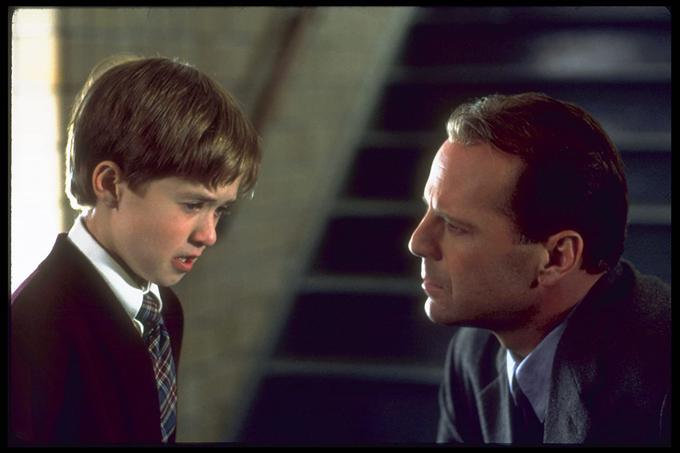 Haley Joel Osment in Bruce Willis v prizoru iz filma
