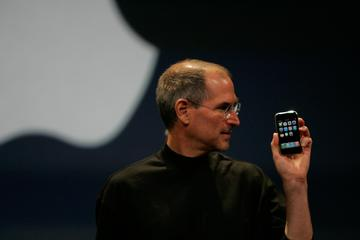 Steve Jobs predstavi prvi iPhone