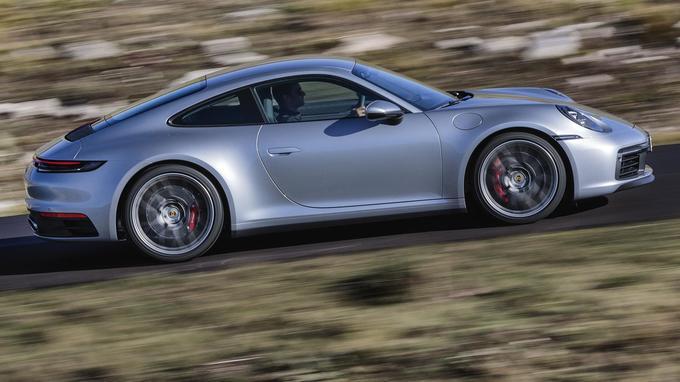 The Osnovna moč motorja porscheja 911 carrera s znaša 331 kilovatov (450 'konjev'). At 100 kilometres a year, the hitrost prek 300 kilometrov na uro.