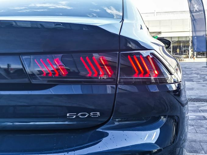 The three-dimensional effect of the rear light is beauty combined with the function. They were supposed to be at a distance of 150 meters.