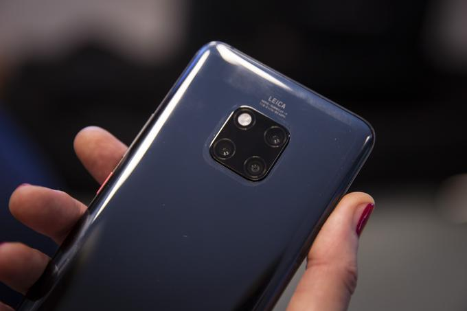The three cameras on the back of the Huawei Mate 20 Pro smartphone are L-shaped and are supplemented by the flash.