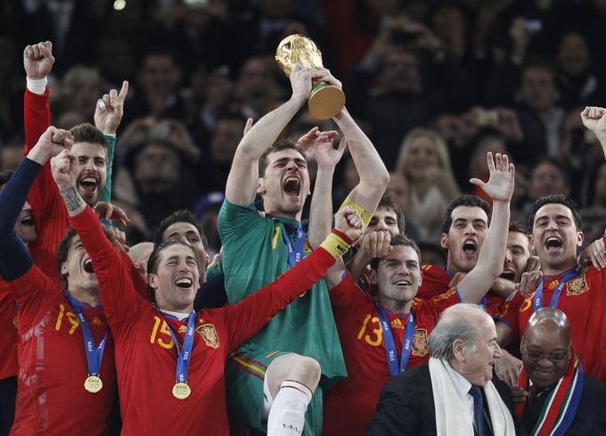 Španska nogometna reprezentanca se je leta 2010 pridružila sedmim reprezentancam, ki so že osvojile naslov svetovnega prvaka.