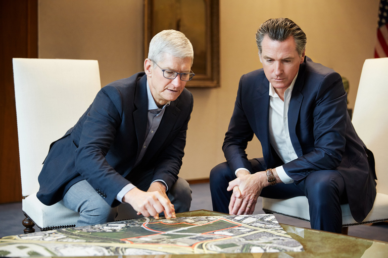 Prvi mož družbe Apple Tim Cook in guverner Kalifornije Gavin Newsom