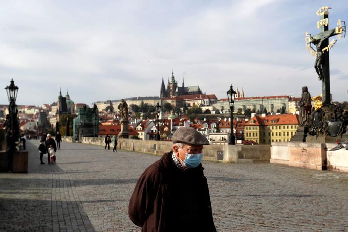 Tako prazen je bil 20. oktobra letos, dva meseca po tem, ko je Češko obiskal Marko Potrč in jo pohvalil, češ da so v češki prestolnici ljudje bolj svobodni kot v Sloveniji, znameniti Karlov most v Pragi. Češka vlada je namreč razglasila izredne razmere in v prizadevanjih za omejitev epidemije zaprla tako rekoč vse, kar se je dalo zapreti,uvedla je tudi obvezno nošnjo zaščitnih mask na prostem, kadar ni mogoče zagotoviti ustrezne razdalje med ljudmi. Šole so zaprte, pouk poteka na daljavo.