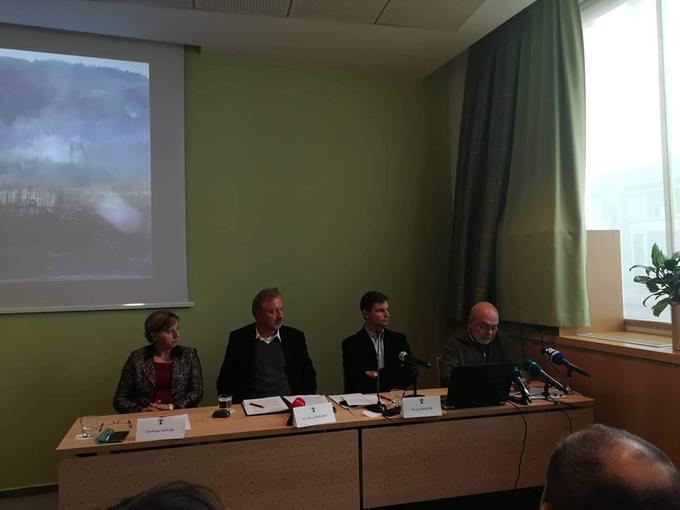 Na novinarski konferenci so ugotovitve podali poslanka Ljudmila Novak, župan Milan Balažic, vodja Ljudske iniciative Moravče Jurij Kočar in predstavnik organizacije Alpe Adria Green Anton Komat.