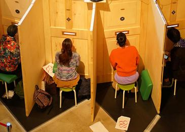 """Peep show"", a brez erotike #video"
