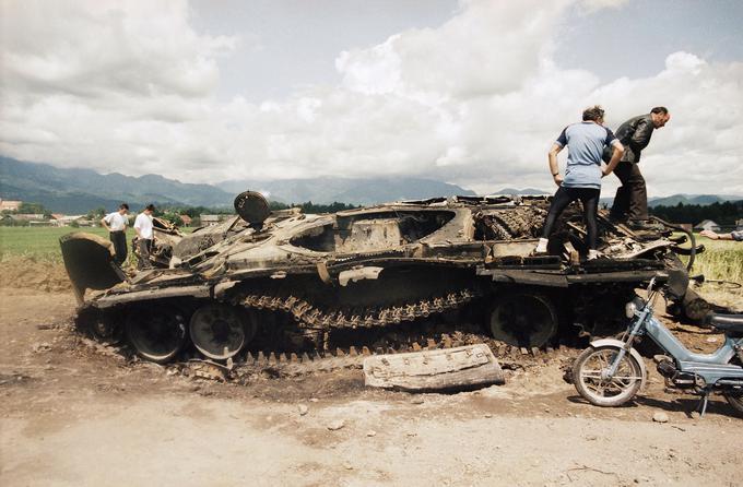 Tank JLA, ki so ga uničile slovenske sile.