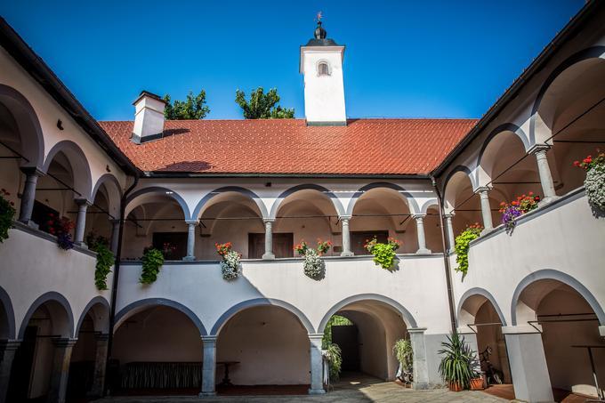 Grad Tuštanj, kjer danes v atriju potekajo poroke, poleti v njem organizirajo tudi koncerte.