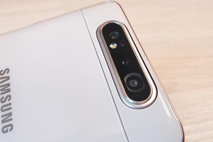 Kamera na pametnem telefonu Samsung Galaxy A80 tiči zadaj, in ko vključimo način za selfije, if zgornji del telefona dvigne in hkrati obrne.