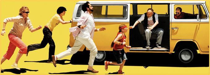 Izzivalno drzna, a vseeno globoko človeška komedija predstavlja prikupno razglašeno družino, ki se s kamionom odpravijo na lepotno tekmovanje predpubertetnikov. Film z zvezdniško igralsko zasedbo (Abigail Breslin, Greg Kinnear, Paul Dano, Alan Arkin, Toni Collette, Steve Carell) je prejel oskarja za najboljši izvirni scenarij in najboljšega stranskega igralca (Arkin). • V nedeljo, 19. 1., ob 16.40 na HBO.* │ Tudi na HBO OD/GO.