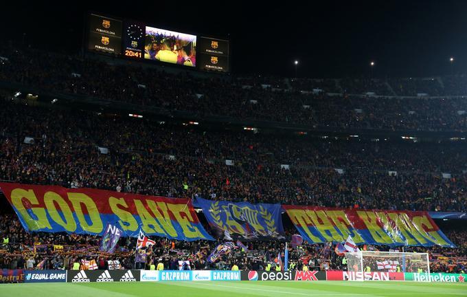 Napis, s katerim so Katalonci pred začetkom dvoboja pozdravili prihod Messija na igrišče.