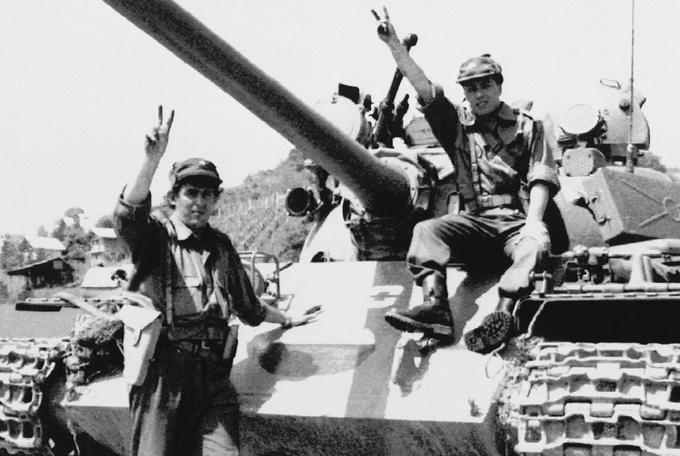Teritorialca z zajetim jugoslovanskim tankom. Fotografija je bila posneta 30. junija 1991 pri Šentilju.