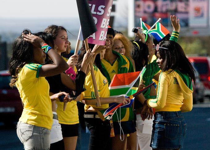 Gostitelji Južnoafričani so se zapisali v zgodovino kot prvi gostitelji, ki so končali tekmovanje že po skupinskem delu. Bafana bafana je v skupini A osvojila štiri točke, navdušila z zmago nad potolčeno Francijo (2:1), a je bilo to premalo za napredovanje. Navijači so tako žal ostali brez izločilnih bojev.
