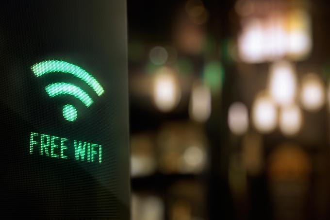 Obrazci za prijavo v hotelski ali kateri drug javni Wi-Fi, na primer na letališču ali v izobraževalni ustanovi,od gosta občasno zahtevajo, da se v omrežju registrira s svojim e-poštnim naslovom. Tega bo zdaj najverjetneje manj, saj GDPR, Splošna uredba EU o varstvu osebnih podatkov, ki velja od 25. maja, ponudnikom brezžičnega interneta na javnih mestih izrecno prepoveduje omejevanje dostopa do omrežja, če bi moral uporabnik v zameno predati svoje osebne podatke.