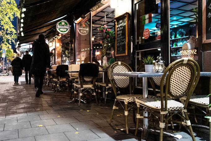 Švedi se od začetka novembra v splošnem vedejo še bolj samozaščitno. Kot razkriva Googlova analiza gibanja Švedov v prvem tednu tega meseca, je obisk lokalov, trgovin in drugih javnih mest, ki ponujajo storitve za preživljanje prostega časa, padel za dvajset odstotkov, obremenitev javnega prevoza pa kar za 37 odstotkov.
