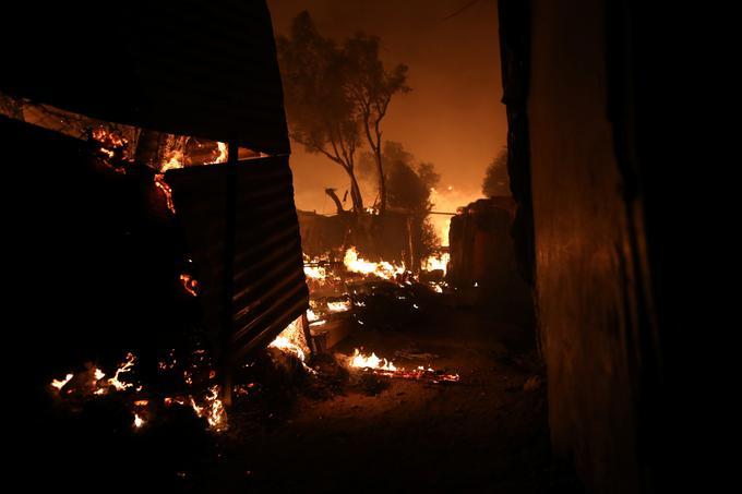Največji grški center za migrante na Lezbosu zajel požar #foto #video -  siol.net