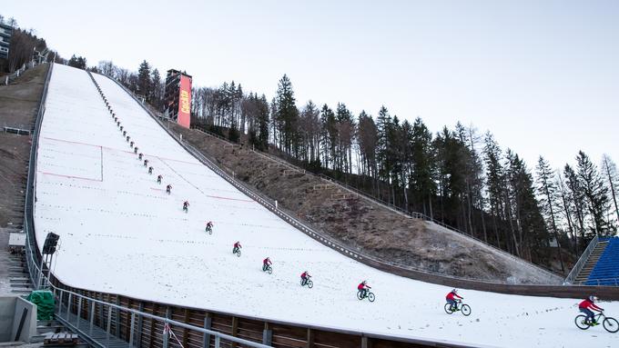 Primož Ravnik - Figaro se je jutro po planiškem skakalnem prazniku s kolesom spustil po doskočišču Letalnice bratov Gorišek.