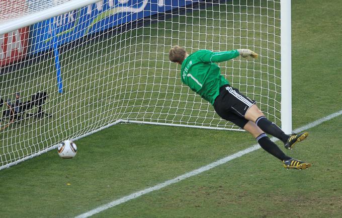 Trije levi, slovenski krvniki na SP, so hitro izpadli v osmini finala. Nemci so jih nadigrali s 4:1, razplet srečanja pa bi bil povsem drugačen, če bi sodniki priznali regularen gol Franka Lamparda. Takrat je bil Manuel Neuer (na fotografiji) že premagan. Od takrat naprej se je povečala želja za golovo tehnologijo, ki je na naslednjih velikih tekmovanjih že postajala obvezni del opreme. Na sodnike so bili jezni tudi Mehičani, saj so jih opeharili v osmini finala proti Argentini (1:3).
