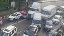 Le kaj je mislil? Tovornjak bežal skozi kolono stoječih vozil. #video