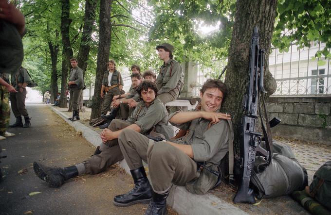 Slovenski teritorialci v Sežani. Fotografija je bila posneta 4. julija 1991, ko se je na bojnem polju tehtnica že krepko nagibala na slovensko stran.