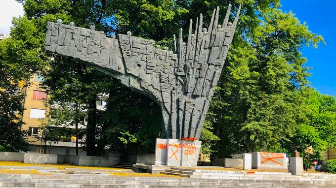 V Ljubljani Z Grafiti Oskrunili Spomenike Ustavite Kucana Foto
