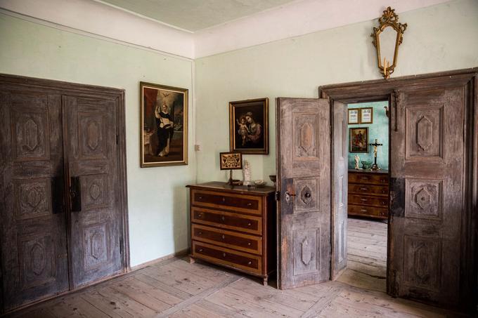Grad Tuštanj se lahko pohvali tudi z bogato zbirko originalnega pohištva, keramike, stekla in drugih elementov notranje opreme iz različnih obdobij vse od 17. stoletja. Zbirko si je mogoče ogledati v muzejskih sobah v enem delu zgornjega trakta stavbe.