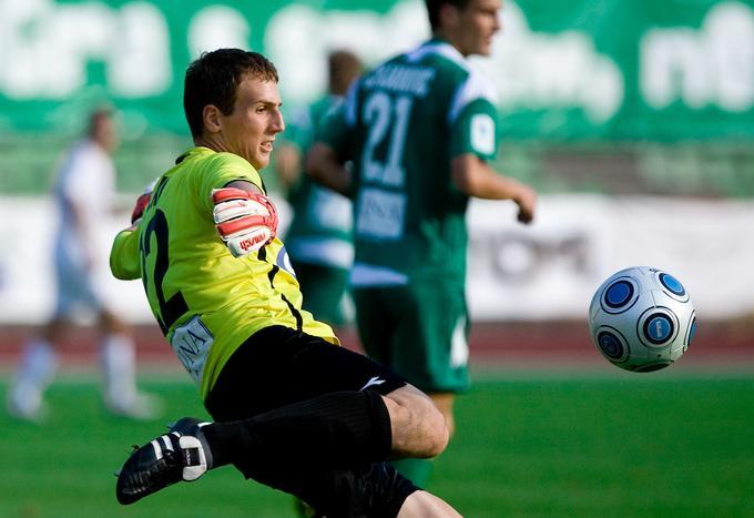 V prvi slovenski ligi je v majici Olimpije debitiral s 16 leti.