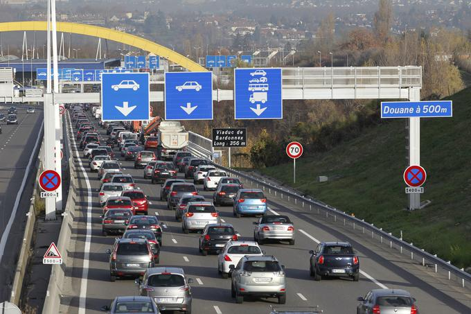 Vsak delovnik se v Švico na delo vozi 325 tisoč ljudi iz obmejnih delov Francije, Italije in Nemčije. Na sliki mejni prehod Bardonnex med Švico in Francijo pri Ženevi, ki ga dnevno prečka povprečno 25 tisoč ljudi.
