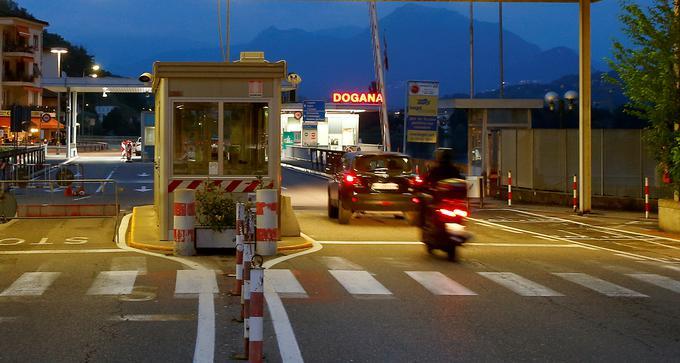 Švica in njene sosede na večjih cestah sicer še vedno vzdržujejo mejne nadzorne točke - tudi zaradi carine, ker Švica ni del Evropske unije. Na sliki meja z Italijo pri kraju Ponte Tresa v kantonu Ticino.