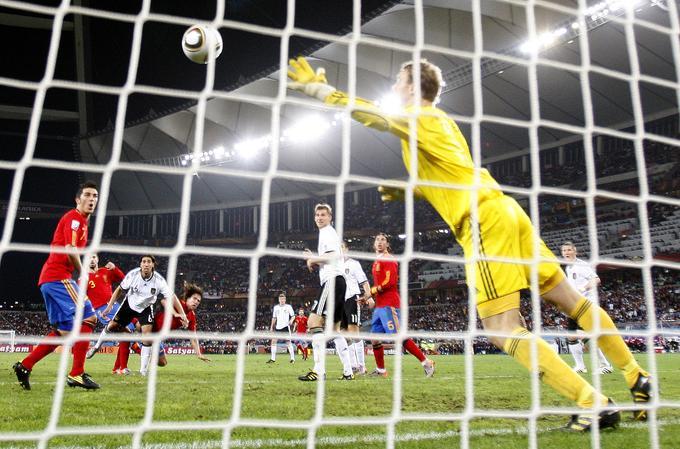 Nizozemci so v polfinalu strli odpor oslabljenega Urugvaja, za katerega ni mogel igrati kaznovani Suarez. Oranžni so zmagali s 3:2 in s tem poskrbeli, da se bo igral evropski finale. V drugem polfinalnem spopadu so Španci ponovno zmagali z 1:0. Tokrat je edini zadetek na srečanju dosegel Katalonec Carles Puyol.