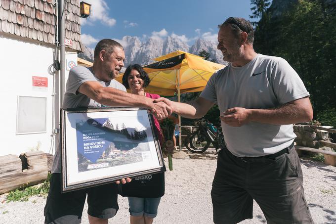 Plaketo za naj planinsko kočo pa smo oddali Alešu Štefetu in Petri Bratuša, oskrbnikoma Mihovega doma na Vršiču.Foto: Matic Ritonja/Sportida