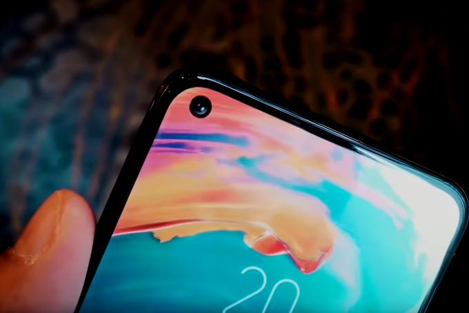 That the hole on all phones that they already have on the left side of the screen is not a coincidence, but a conscious design decision. One of the reasons for this is to cover the hole with your finger while playing games, and the other is that when users turn on the screen, they are used to look at their upper right corner, where the data on the clock and the battery charge Be given. This is a smartphone Honor View 20.